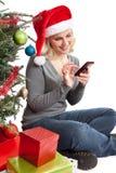 Julkvinna på Smartphone Fotografering för Bildbyråer