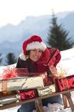 Julkvinna på snowen royaltyfri foto