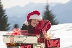 Julkvinna på snowen fotografering för bildbyråer