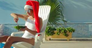 Julkvinna som äter vattenmelon på pölen Arkivfoto