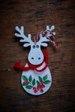 Jullandskap En vit älg med den röda teckningen mot en mörk bakgrund Royaltyfri Bild