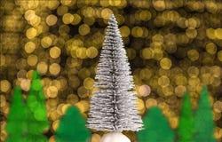 Jullandskap med grantr?det, skogen och varma vita ljus i bakgrunden arkivfoto