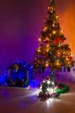 Jullathund och träd Arkivfoto