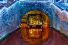 Jullathund under den forntida bron Royaltyfria Bilder
