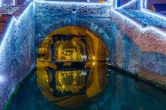 Jullathund under den forntida bron Arkivfoto
