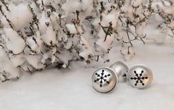 Julleksak i snön Royaltyfri Bild