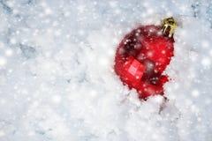Julleksak i snön Selektivt fokusera Arkivbild