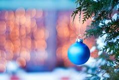 Julleksak på en filial av en julgran i den horisontalsnön Arkivfoton