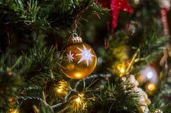 Julleksak på trädet royaltyfri fotografi