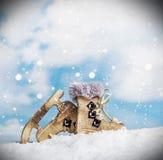 Julleksaker åker skridskor från ett trä royaltyfri bild