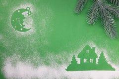 Julleksaker, handgjord trämånestjärna och hem, på en grön bakgrund royaltyfria bilder