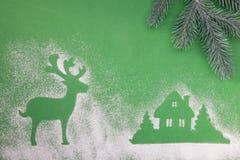 Julleksaker, handgjord trämånestjärna och hjortar, på en grön bakgrund fotografering för bildbyråer