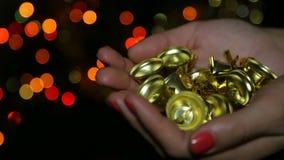 Julleksaker i kvinnliga händer stock video