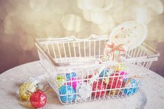 Julleksaker i shoppingkorgen, tonat retro Royaltyfri Fotografi
