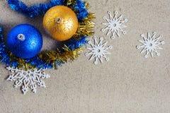 Julleksaker i strandsand arkivbilder