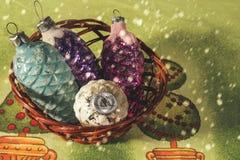 Julleksaker i vide- korg och fallande snö Julgarnering med fallande snöflingor Royaltyfri Foto