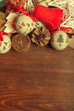 Julleksaker och garneringar på trätabellen Royaltyfri Foto