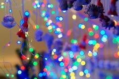 Julleksaker och ljus på Vilnius Xmas marknadsför royaltyfria foton