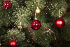 Julleksaker på en julgran royaltyfri bild