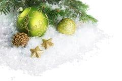 Julleksaker på granträdfilialen som isoleras på arkivfoto