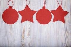 Julleksaker på träbakgrund, hälsningkort Arkivfoto