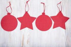 Julleksaker på träbakgrund, hälsningkort Arkivbilder