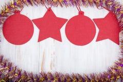 Julleksaker på träbakgrund, hälsningkort Fotografering för Bildbyråer