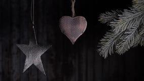 Julleksaker som hänger på en filial av en julgran lager videofilmer
