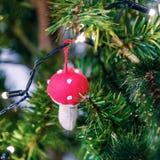 Julleksaker som hänger på filialerna, under julgrangåvorna för Girlander bränner arkivbilder