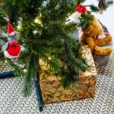 Julleksaker som hänger på filialerna, under julgrangåvorna för Girlander bränner arkivbild