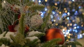 Julleksaker som hänger på julgranen Kulör girland Staden dekoreras för jul arkivfilmer