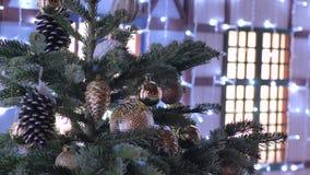 Julleksaker som hänger på trädet Staden dekoreras för ferien Kulör girland lager videofilmer