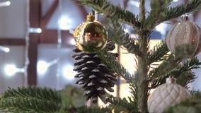 Julleksaker som hänger på trädet Staden dekoreras för ferien Kulör girland arkivfilmer