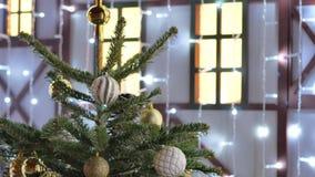 Julleksaker som hänger på trädet Staden dekoreras för ferien Kulör girland stock video