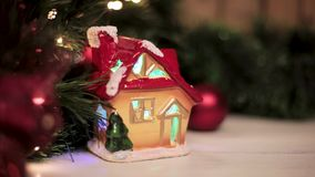 Julleksakhus som exponerar kulöra ljus under julgranen med leksaker och en girland lager videofilmer