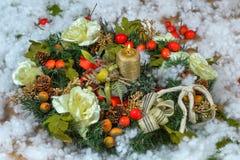 Julljus med dekoren Arkivbild