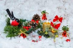 Julljus med dekoren Arkivfoton