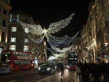 Julljus och garnering på den härskande gatan i London, England royaltyfria bilder