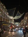 Julljus och garnering på den härskande gatan i London, England royaltyfria foton