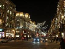 Julljus och garnering på den härskande gatan i London, England arkivbilder