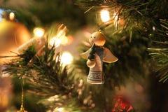 Julljus och grönt träd med liten ängel Royaltyfri Foto