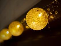 Julljus på bakgrunden av fönsterramen arkivbilder