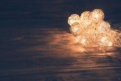 Julljus på träyttersida Begrepp för jul eller för nytt år Arkivfoto