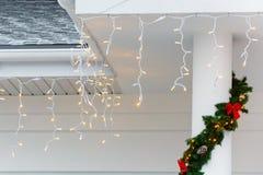 Julljus som hänger på ingångsnärbilden royaltyfri foto