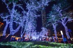Julljus välkomnar folk i det Xinyi Anhe området av Taipei, med byggnaden 101 i th Royaltyfria Bilder