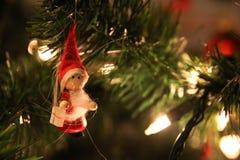 Julljus, vit och röd, julgarnering och lilla Santa Claus Royaltyfria Bilder