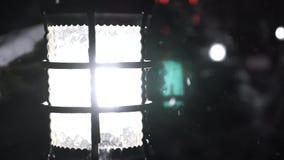 Jullykta med snöfall, Closeupsikt snow Vit färg natt stock video
