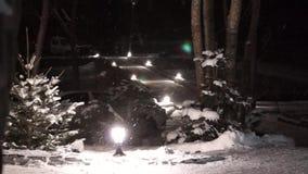 Jullykta med snöfall, Closeupsikt snow Vit färg natt arkivfilmer