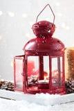 Jullykta med stearinljus, snö, julgarneringar och grankottar Arkivfoton