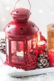 Jullykta med stearinljus, snö, julgarneringar och grankottar Royaltyfria Foton